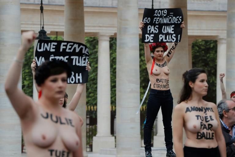 Des activistes Femen organisent une manifestation contre les féminicides au Palais Royal à Paris, le 30 mai 2019