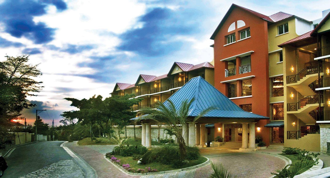 La façade de l'hôtel Karibe, situé à Juvenat, Pétion-Ville./Photo-Source: Transat.