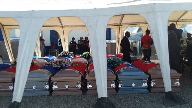 Les corps de 10 garçons et 4 filles morts noyés au large des Providenciales, ont été rapatriés au Cap-Haïtien ou une oraison funèbre a été organisée en leur honneur/ Photo: Le National