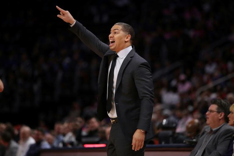 Tyronn Lue, alors entraîneur des Cleveland Cavaliers, donne des instructions face au Detroit Pistons en play-offs NBA, le 25 octobre 2019 à Detroit