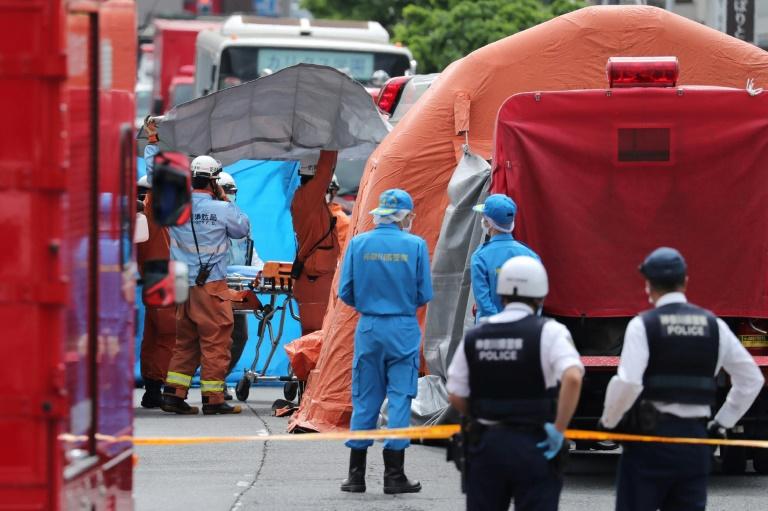 La police scientifique inspecte la scène de crime à Kawasaki, près de Tokyo, où un homme a poignardé plusieurs personnes avant de se donner la mort le 28 mai 2019