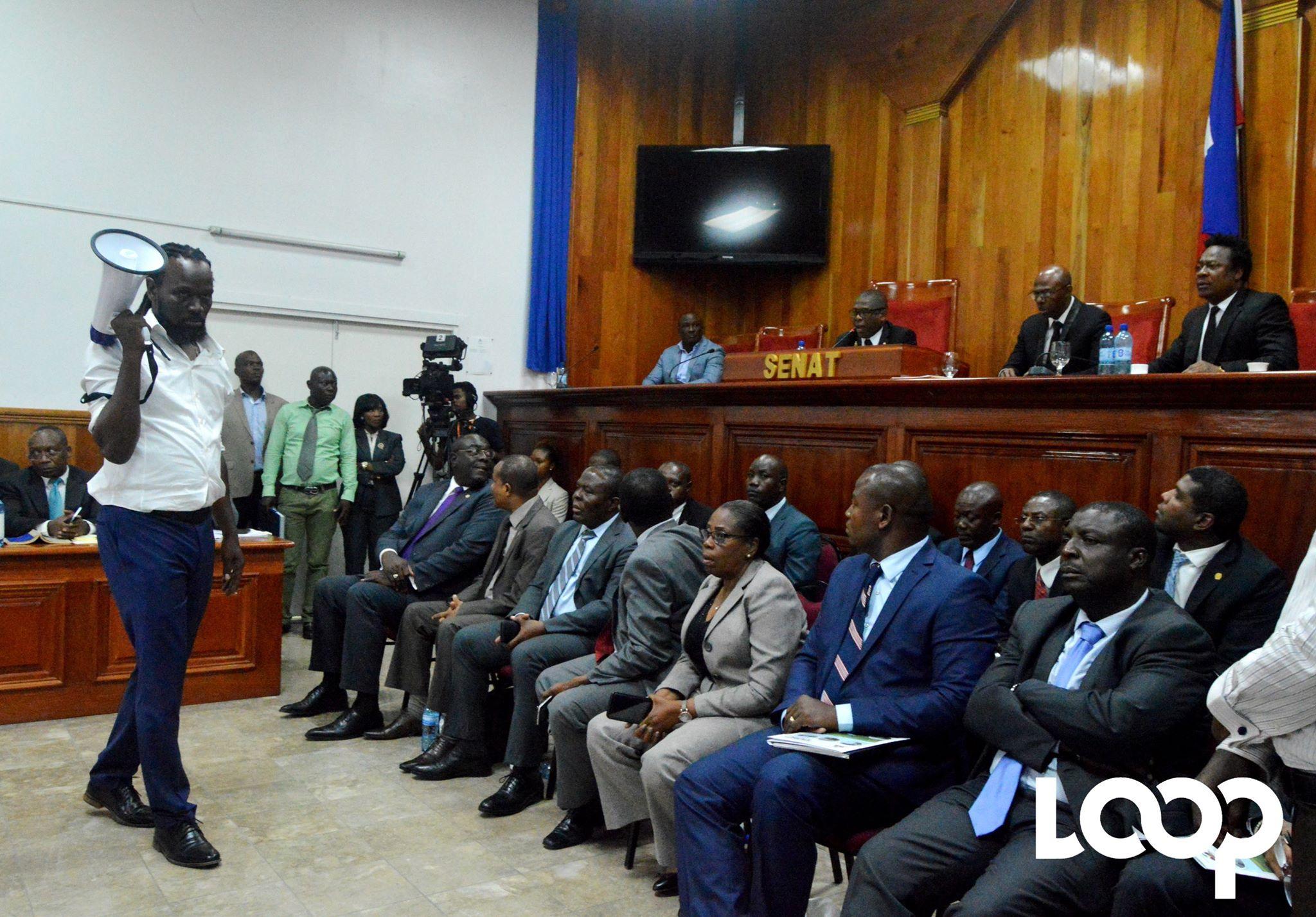 Le sénateur Antonio Chéramy, mégaphone en main, perturbe, une fois de plus, la séance de ratification de la politique générale de Jean Michel Lapin/ Photo: Loop Haiti