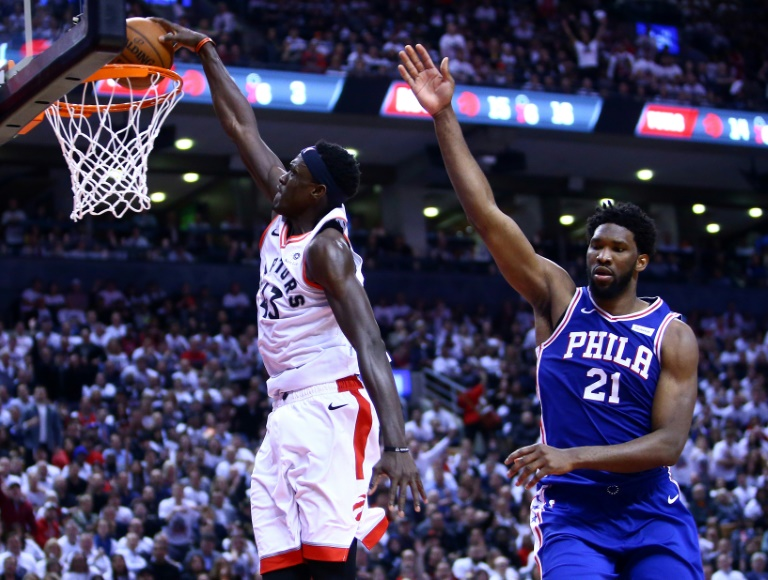 """Pascal Siakam des Toronto Raptors """"dunke"""" face à Joel Embiid des Philadelphia 76ers en demies de Conférence des play-offs NBA (match 5), le 7 mai 2019 à Toronto"""