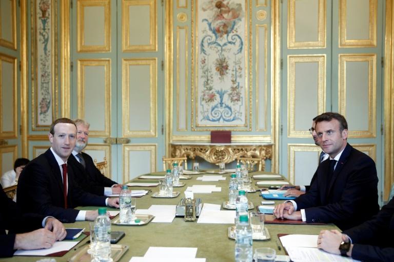 Emmanuel Macron (D) pose en comapgnie du PDG de Facebook Facebook Mark Zuckerberg (G) avant une réunion de travail, le 10 mai 2019 à l'Elysée