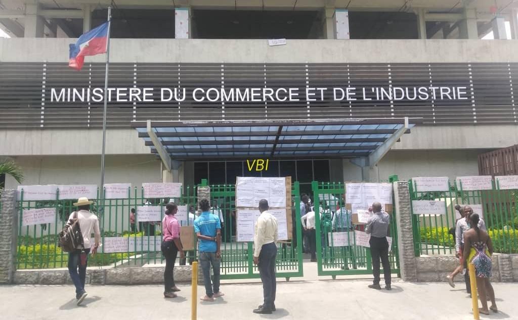Des employés grévistes devant les locaux du ministère du Commerce./Photo: Vant Bèf Infos.