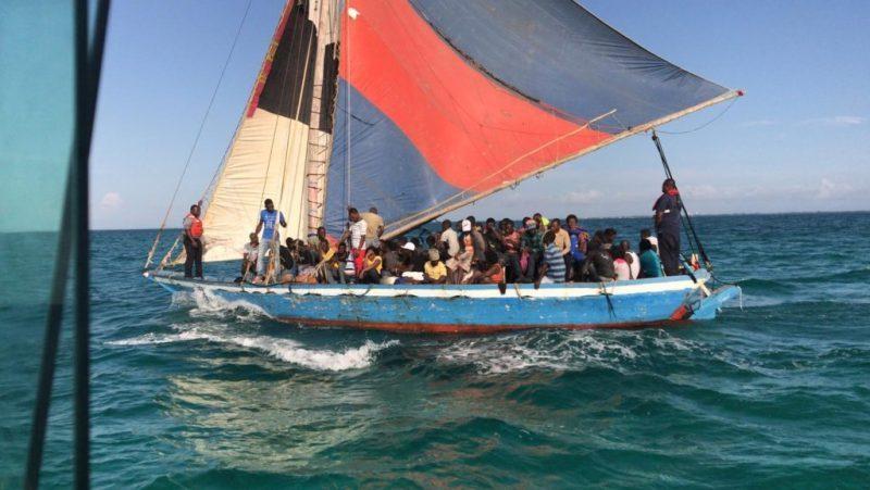 Illustration d'un boat people haïtien en voyage clandestin. Crédit Photo : Journal lib