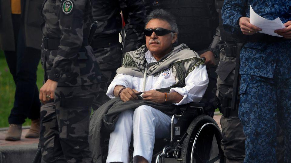 """Jesus Santrich, un chef de l'ex-guérilla Farc, est escorté avant sa libération de la prison de """"La Picota"""", le 17 mai 2019 à Bogota afp.com/JUAN BARRETO"""