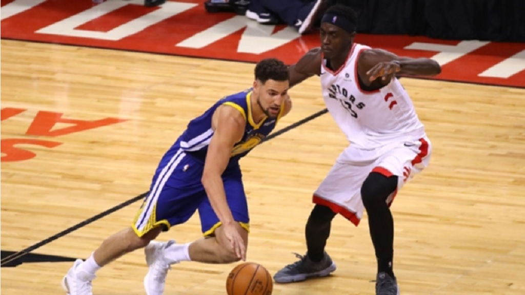 Klay Thompson (left) and Pascal Siakam.