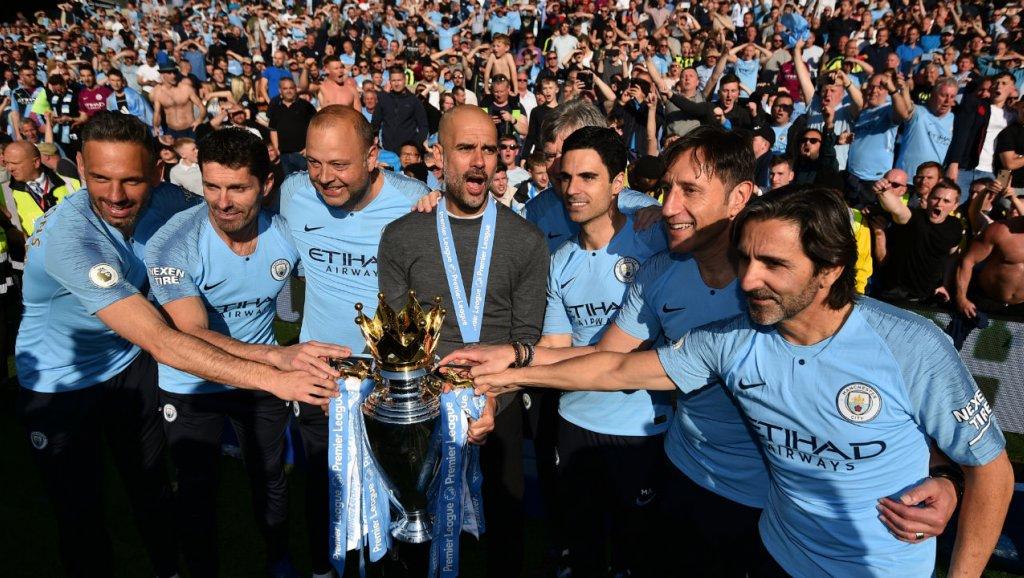 Pep Guardiola et son staff technique fêtent le trophée de champion d'Angleterre remporté par Manchester City à l'issue du match à Brighton, le 12 mai 2019