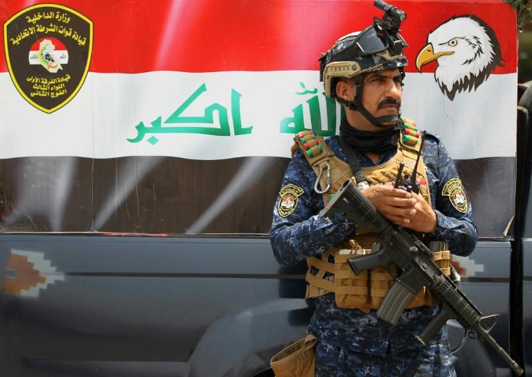 Un membre de la police fédérale irakienne tient la garde à un barrage, le 20 mai 2019 à Bagdad