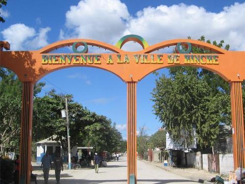 L'entrée de la ville de Hinche, Plateau central./Photo: alltravels