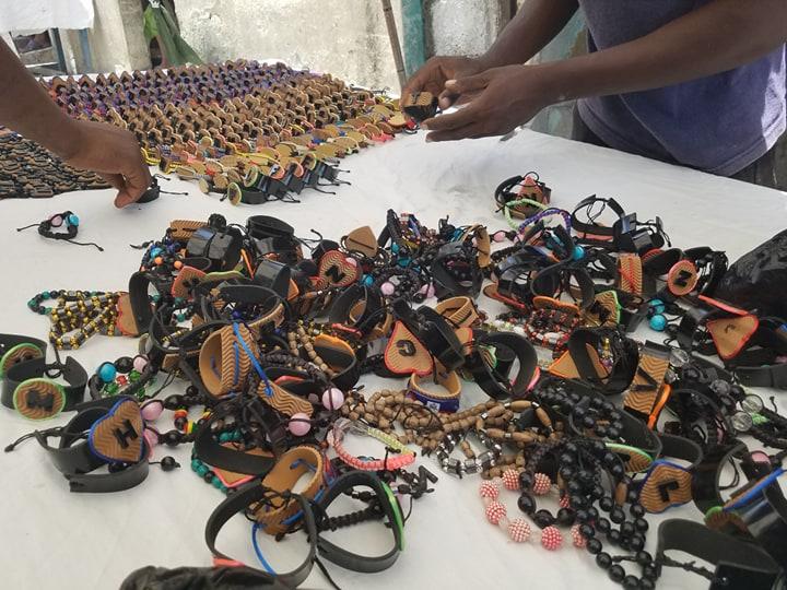Les produits des artisans exposés à la foire qui se poursuit demain samedi dans le quartier de la 4eme avenue Bolosse./Photo: Rosny Ladouceur