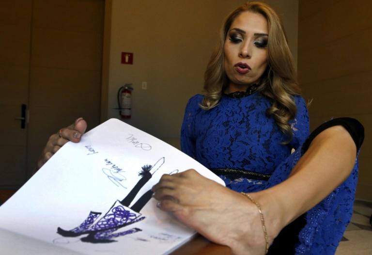 La Mexicaine Adriana Macias, née sans bras, montre l'un des dessins de sa collection de mode, le 15 mai 2019 à Guadalajara