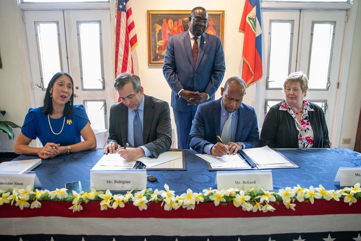 La cérémonie de signature de l'accord de financement organisée en la résidence du chef de l'Etat, mardi 21 mai. (De gch à dte) Michele Jeanne Sison, ambassadrice des USA, David Bohigian, Directeur général de l'OPIC et deux autres panélistes./Photo: compte twitter U.S Embassy Haiti.