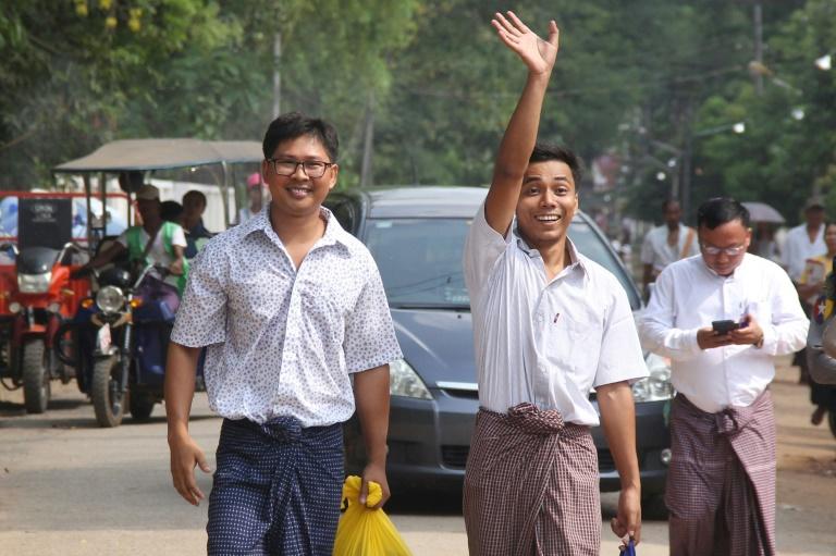 Kyaw Soe Oo (d) et Wa Lone, les deux journalistes de Reuters à leur sortie de prison d'Insein à Yangon, le 7 mai 2019