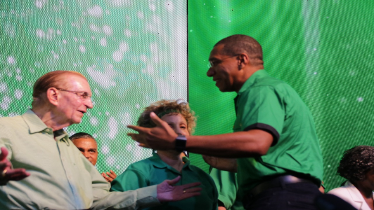 Former Prime Minister and Jamaica Labour Party (JLP) leader, Edward Seaga (left) being greeted by Prime Minister Andrew Holness at the party's annual conference last year. Also pictured was Seaga's wife, Carla.