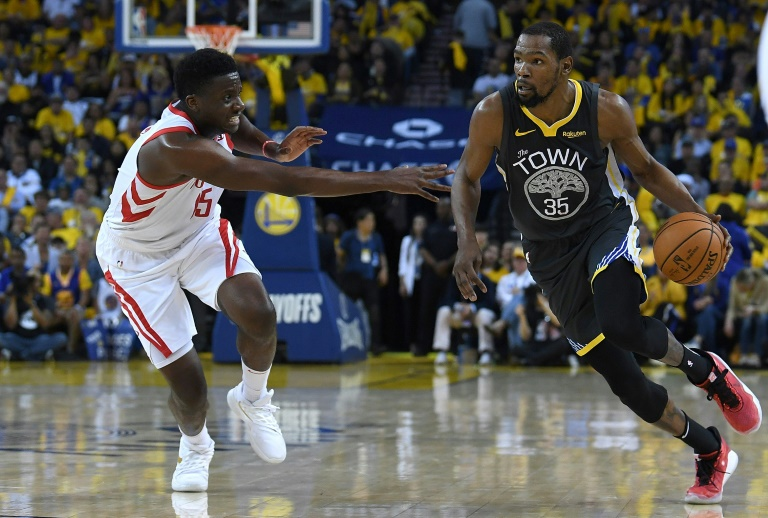 Kevin Durant (d) des Golden State Warriors lors du match 2 du 2e tour des play-offs face aux Houston Rockets, à Oakland, le 30 avril 2019