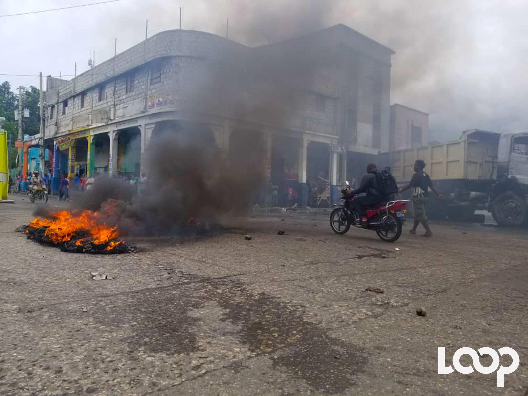 Vives tensions au bas de la ville. Pneus enflammés et activités commerciales quasiment paralysées dans beaucoup de rue./Photo: Loop Haiti