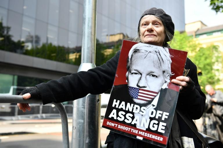 Le fondateur de WikiLeaks Julian Assange dans le fourgon cellulaire, à sa sortie du tribunal de Southwark, le 1er mai 2019 à Londres