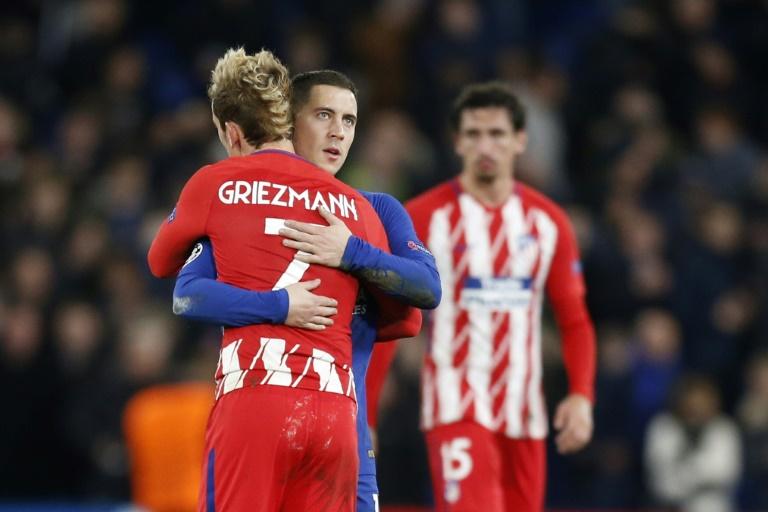 Le buteur français Antoine Griezmann, de dos, et le milieu de terrain belge Eden Hazard tombent dans les bras l'un de l'autre, le 5 décembre 2017 à Stamford Bridge, l'antre londonienne de Chelsea