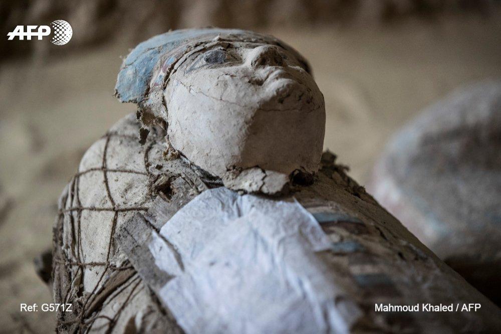 Des sarcophages ont été découverts dans un cimetière datant de l'Ancien empire égyptien, à Guizeh, près du Caire, le 4 mai 2019 (AFP - MAHMOUD KHALED)
