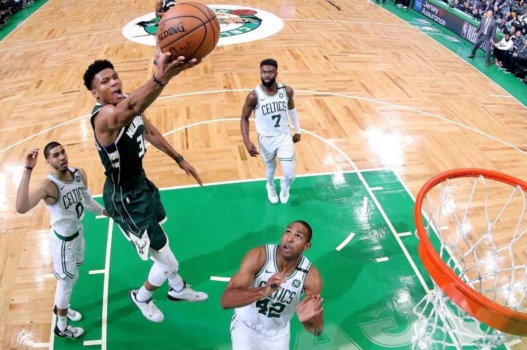Giannis Antetokounmpo des Milwaukee Bucks monte au panier face aux Boston Celtics en match 3 des demies de Conférence des play-offs NBA, le 3 mai 2019 à Boston