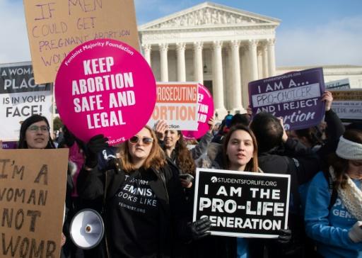 Militants pro et anti-avortement devant la Cour suprême à Washington, le 18 janvier 2019