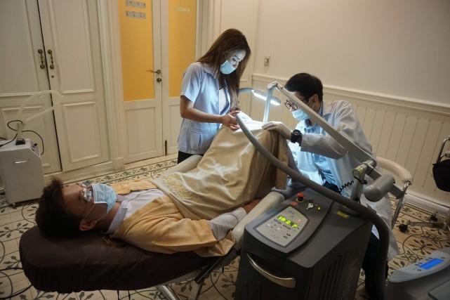 Un patient subit une pénoplastie dans une clinique de Bangkok. ARCHIVES AFP
