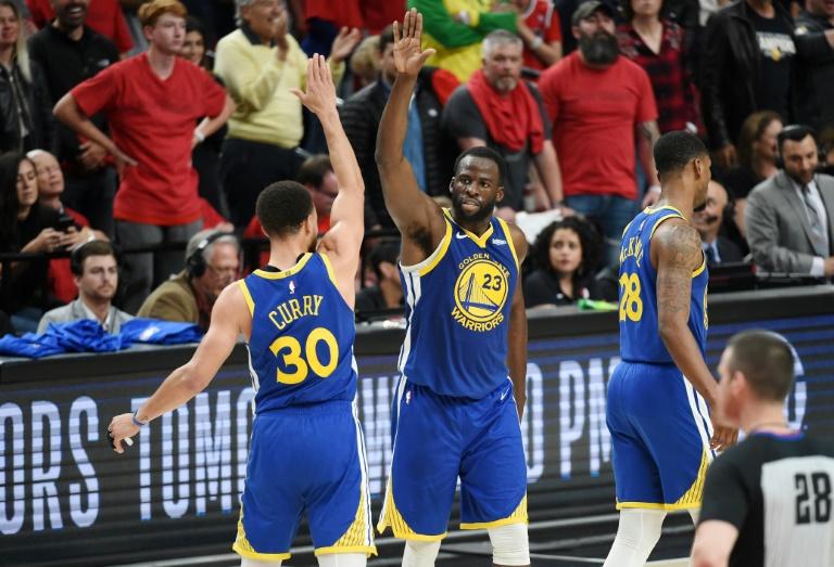 Stephen Curry, Draymond Greenet les Warriors heureux après avoir écarté les Trail Blazers en finale de la Conférence Ouest, le 20 mai 2019 à Portland
