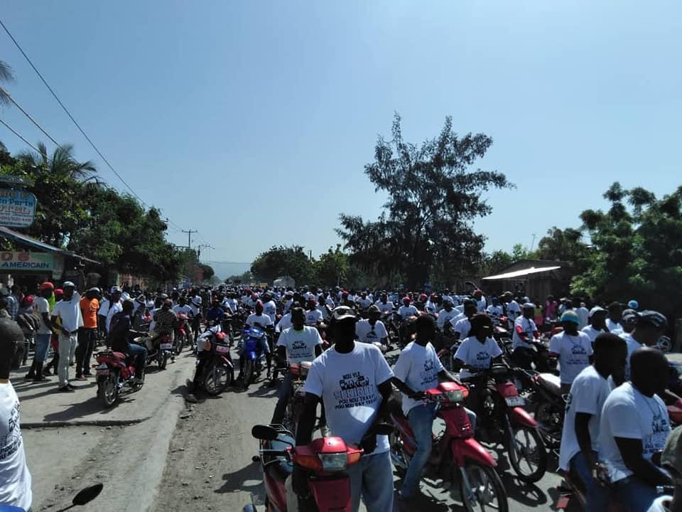 Des centaines de chauffeurs de taxi motos dans les rues de la ville des Gonaïves, ce mercredi matin, pour protester contre l'insécurité./Photo-source: Vélina Elysée Charlier.
