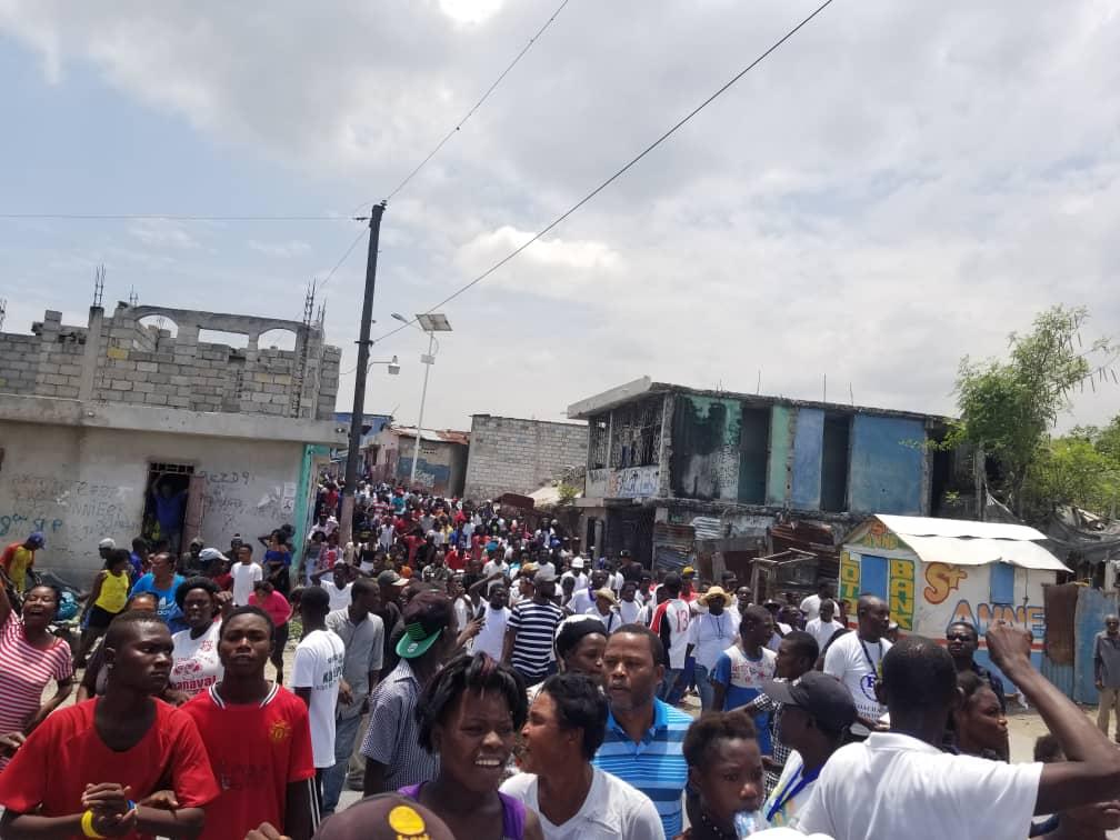 """A Cité Soleil, nouvelle marche pour la """"réconciliation communale""""/ Photo : Loop Haiti"""