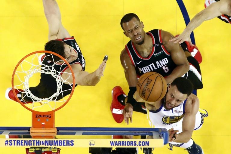 Stephen Curry (d) des Golden State Warriors lors du match 1 des finales de Conférence face aux Portland Trail Blazers, à Oakland, le 14 mai 2019
