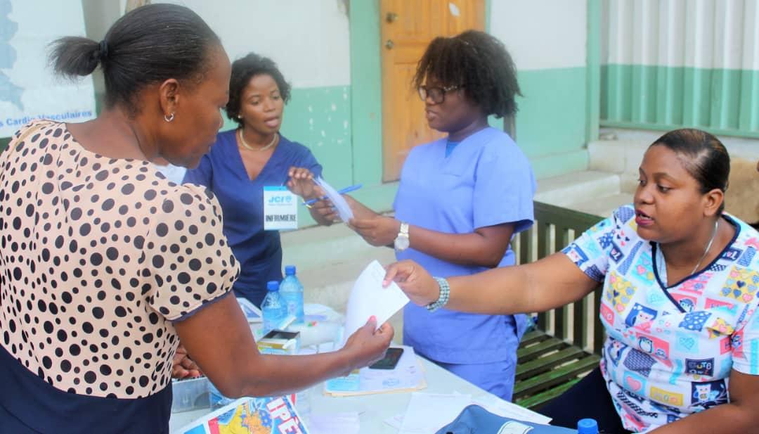 Des patients recevant gratuitement des prescriptions et d'autres médicaments de la JCI - Crédit Photo : Eberline Nicolas