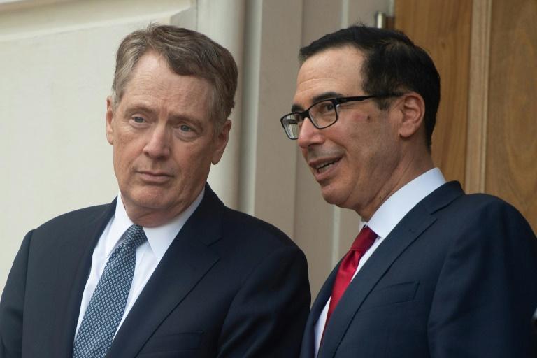 ... Robert Lighthizer (g) et le secrétaire au Trésor Steven Mnuchin attendent l'arrivée du vice-Premier ministre chinois Liu He, le 9 mai 2019 à Washington