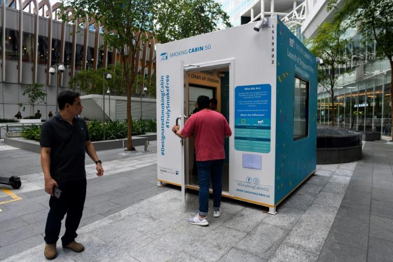 Une cabine pour fumeurs, créée par Southern Globe Corporation (SGC), peut accueillir jusqu'à dix personnes, photo prise le 22 mai 2019 à Singapour