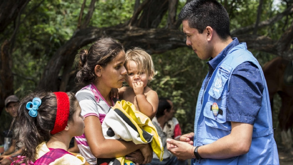 A Venezuelan mother talks with a UNHCR protection officer after crossing the border to Cúcuta, Colombia.   © UNHCR/Vincent Tremeau