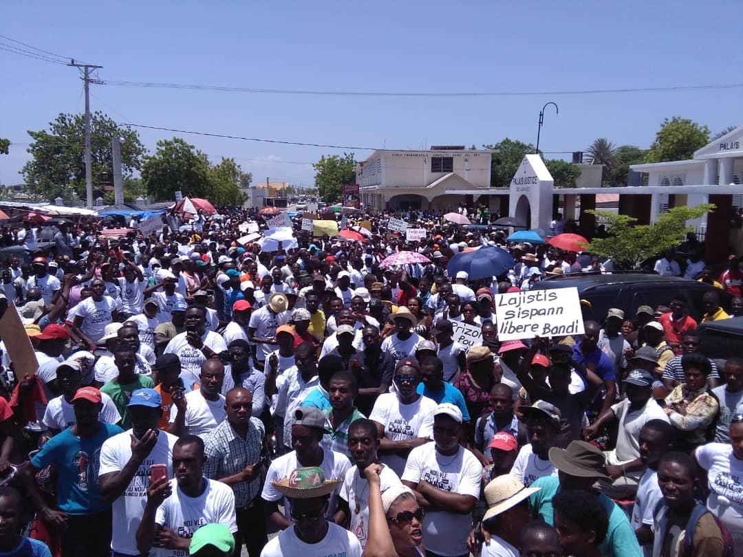 Illustration: Des habitants des Gonaïves marchant contre l'insécurité le 15 mai 2019.