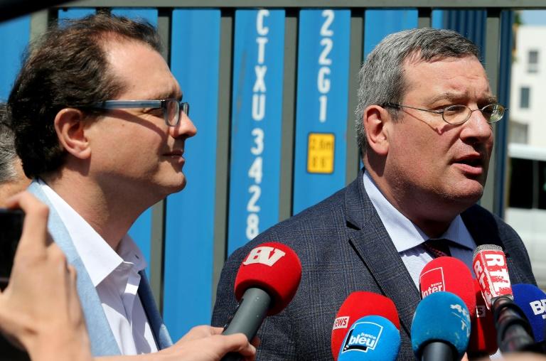 Les avocats des parents de Vincent Lambert, Jérôme Triomphe et Jean Paillot, s'expriment devant la presse le 21 mai 2019 à Reims