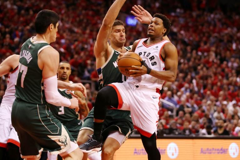 Kyle Lowry (d) des Toronto Raptors face aux Milwaukee Bucks lors du match 4 de la finale de la conférence Est des play-off NBA, le 21 mai 2019 à Toronto