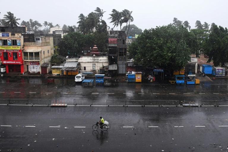 Pluie et vents violents dans une rue déserte avant l'arrivée du cyclone Fani, le 3 mai 2019 à Puri, dans l'est de l'Inde