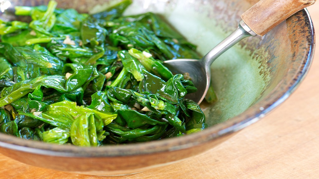 Sauteed spinach with garlic in a pottery bowl. (PHOTO: iStock)