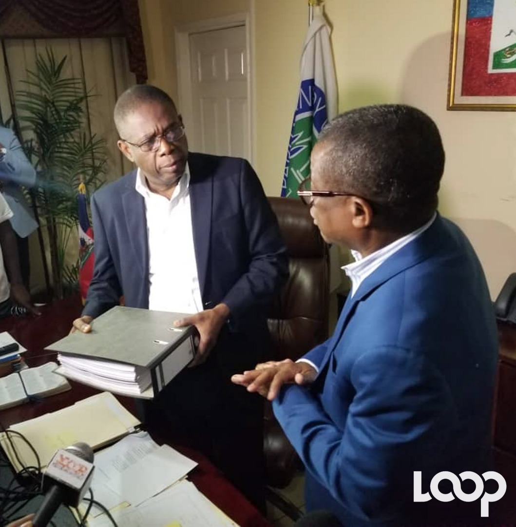 Le président du Sénat, Carl Murat Cantave, recevant le document/ Photo: Luckson Saint-vil/ Loop Haiti