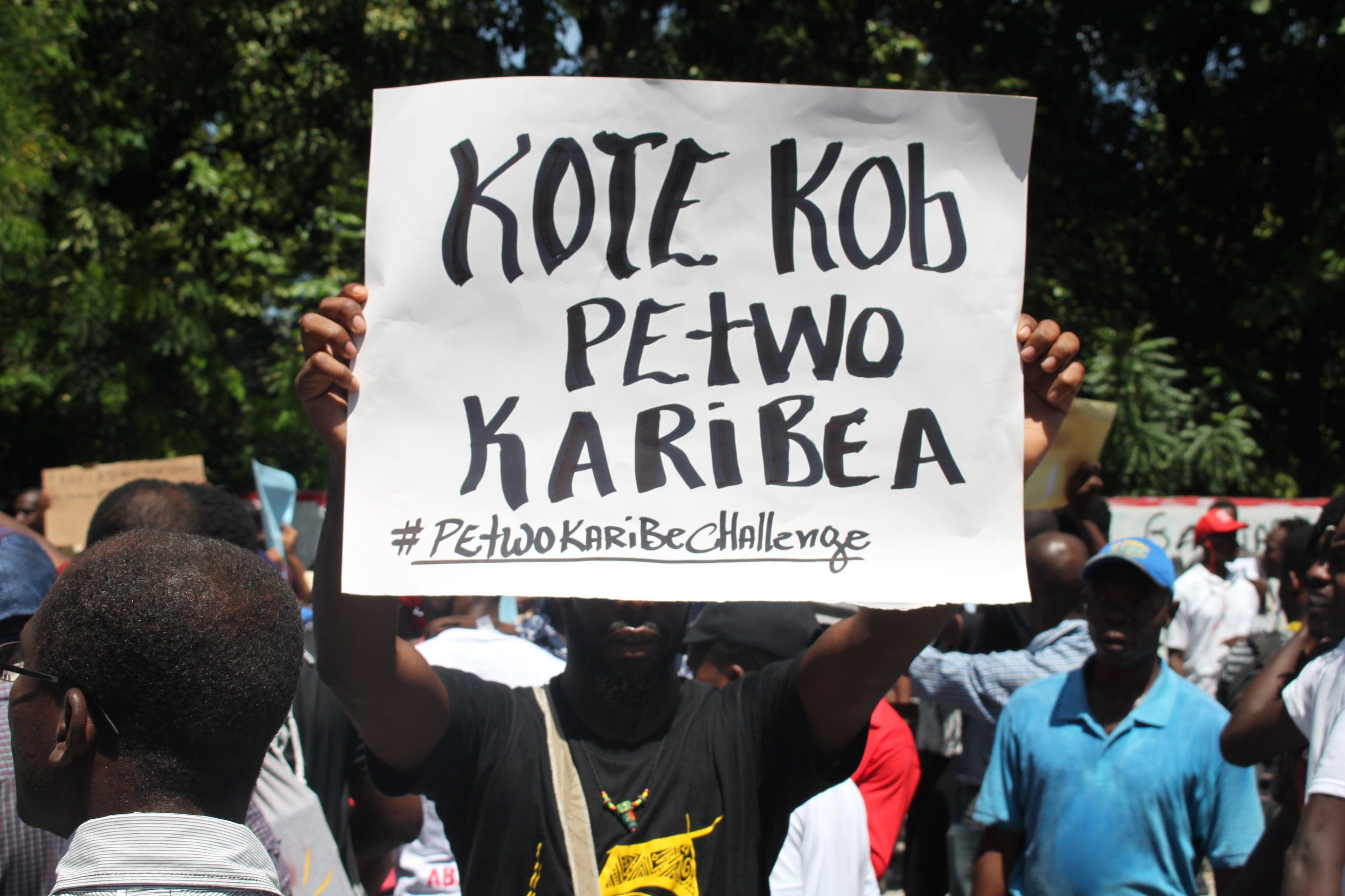 Un manifestant demandant des comptes sur l'argent du programme petrocaribe.
