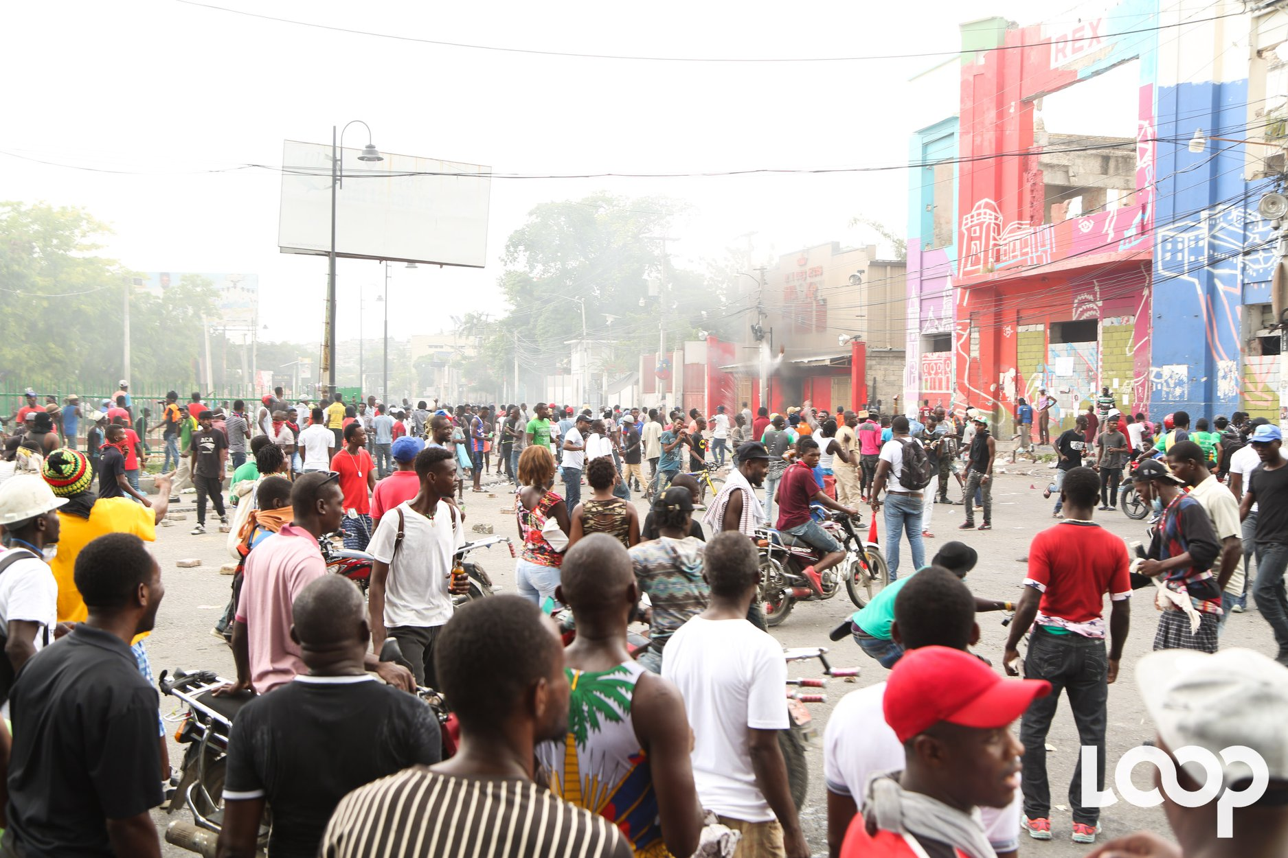 """L'alerte de sécurité récemment imposé depuis le mouvement """"pays lock"""" par le Département d'Etat Américain sur Haiti est passé de 4 à 3 alors que le pays a été secoué dimanche 9 juin et hier lundi par des mouvements de rue, des manifestations émaillées de casses et de violences./Loop Haiti-Luckenson Jean."""