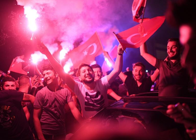 Des Stambouliotes fêtent la victoire de l'opposition aux élections municipales, le 23 juin 2019