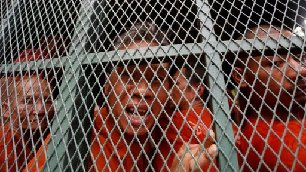 Rath Rott Mony (c) parle à la presse depuis un fourgon cellulaire après son procès à Phnom Penh, le 26 juin 2019 AFP