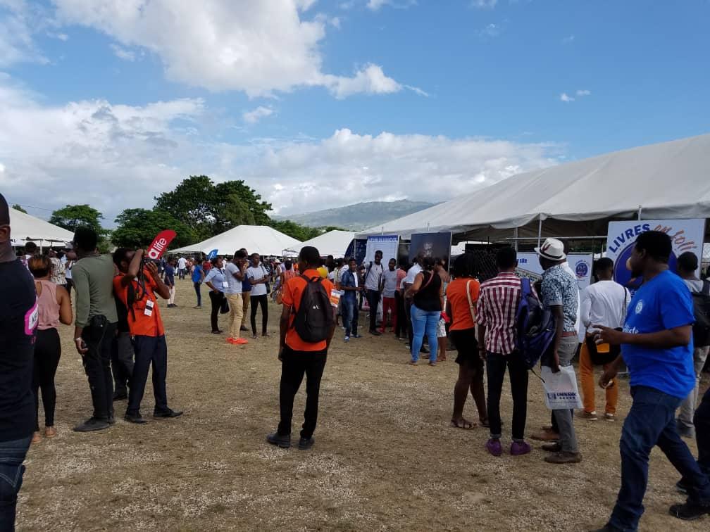 Des milliers de festivaliers engouffrés dans le Parc Unibank ou s'est tenue jeudi 20 juin la 25e édition de Livres en folie./Photo: Rosny Ladouceur.