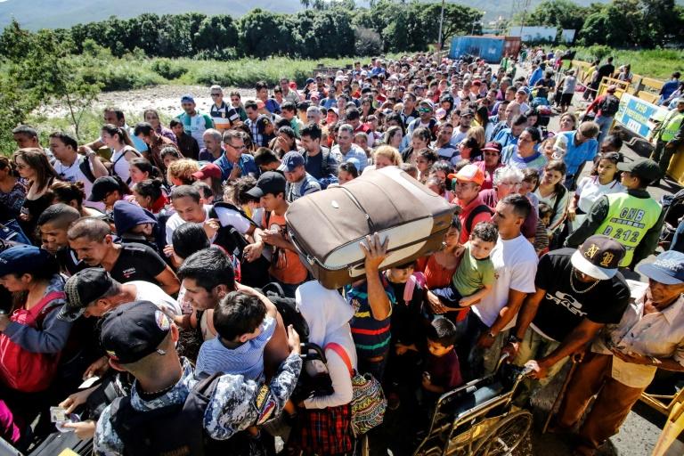 Des Vénézuéliens font la queue pour traverser le pont frontalier Simon Bolivar et entrer en Colombie, le 8 juin à San Antonio del Táchira, au Venezuela