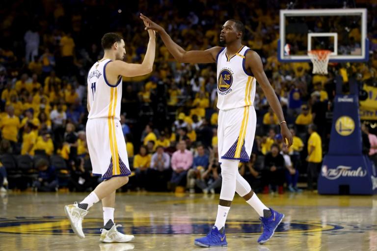 Kevin Durant (d) et Klay Thompson Thompson des Golden State Warriors lors du match 2 de la finale NBA face aux Cleveland Cavaliers, à Oakland, le 4 juin 2017
