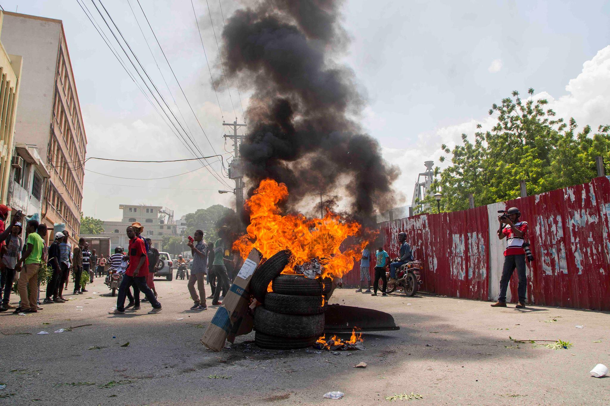 Pneus enflammés au Centre-Ville, non loin du Palais National, dans le cadre des mouvement de protestation contre le président Jovenel Moise.